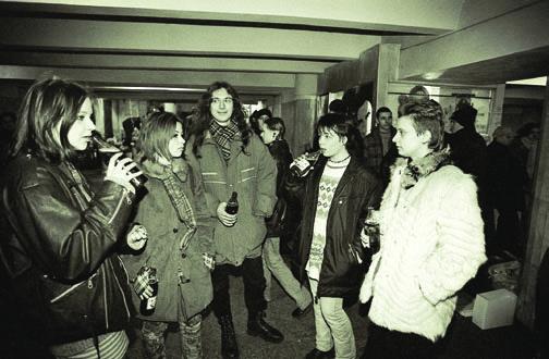 Молодежь тусуется в подземном переходе станции метро Октябрьская, Минск, 1998 год.