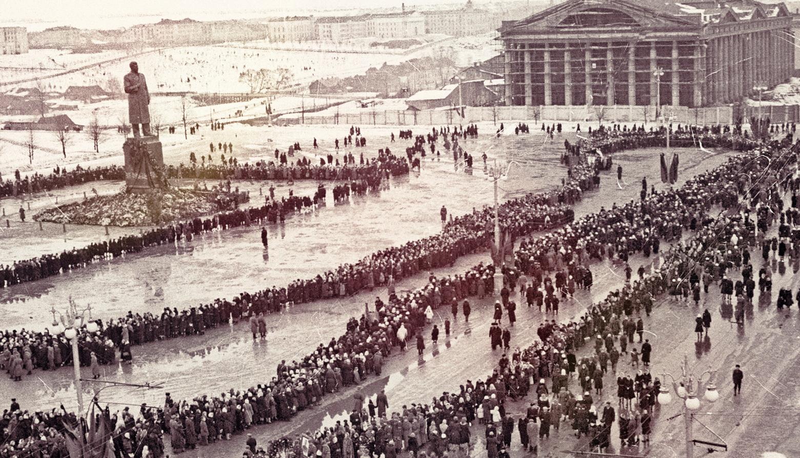 Как выглядел памятник Сталину на Октябрьской площади