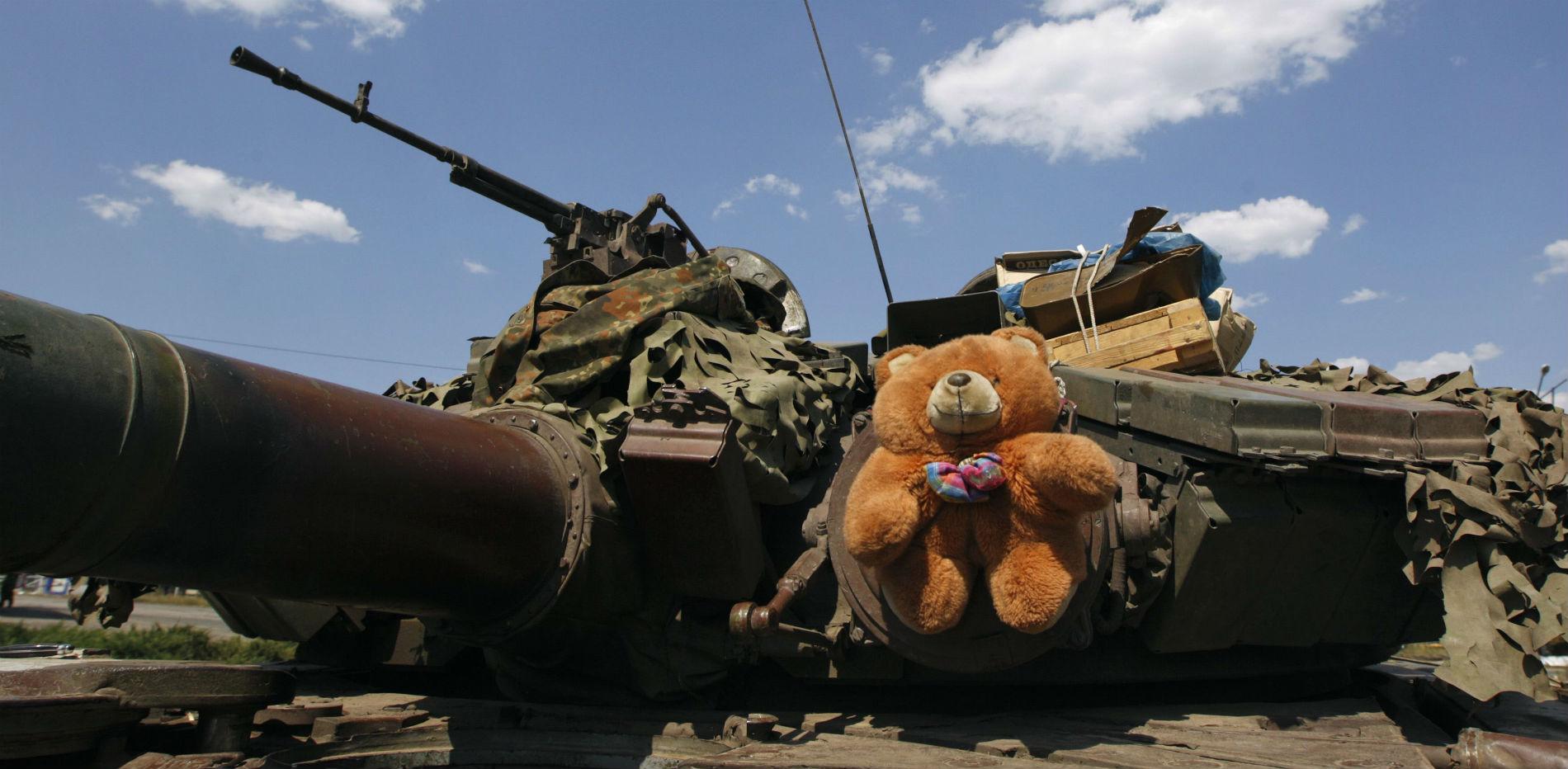 Плюшевый медведь на танке