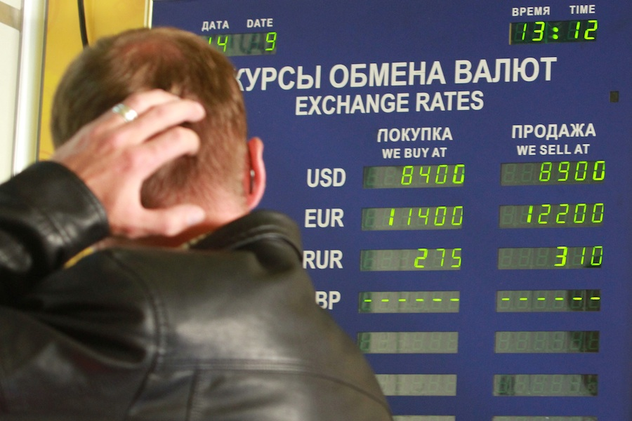 """Белорусский рубль резко упал на первых """"свободных"""" торгах"""