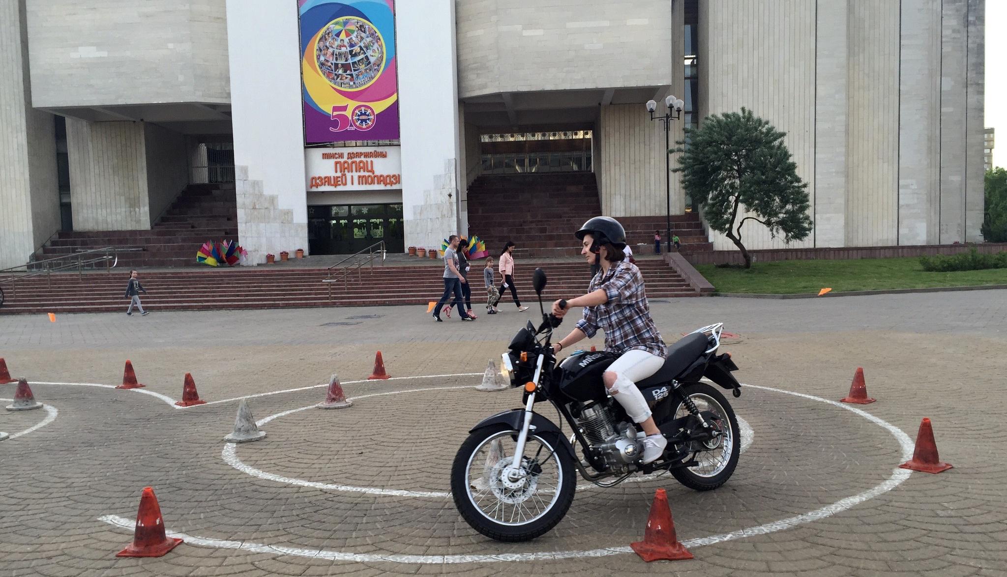 Девушка и мотоцикл: «Выучите эти па, чтобы отскакивало!»