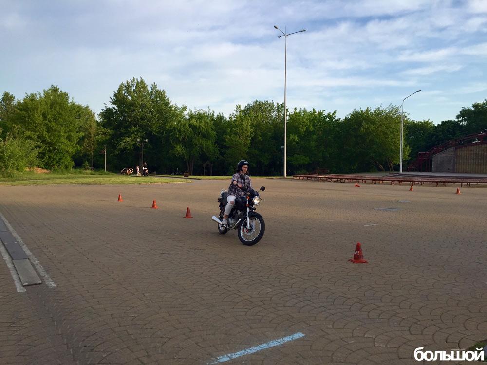 девушка и мотоцикл