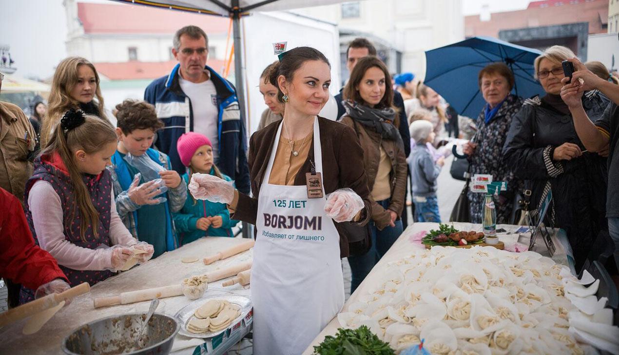 Как мэр Минска лепил хинкали на юбилее Боржоми