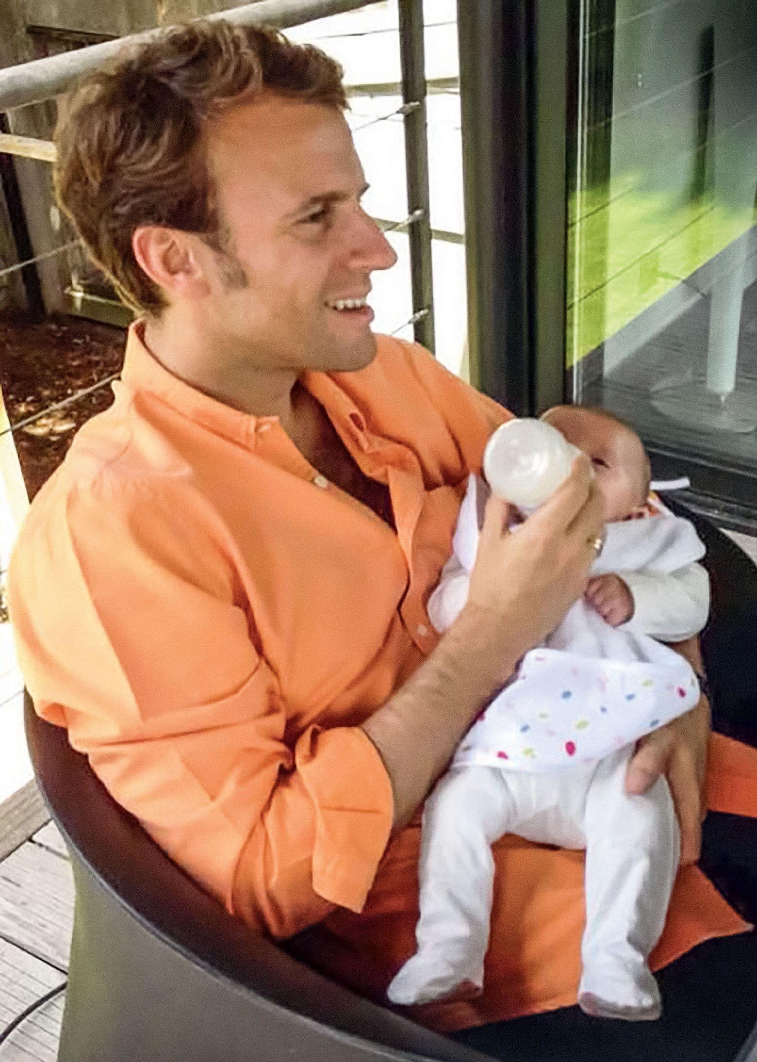 Эммануэль Макрон с внуком