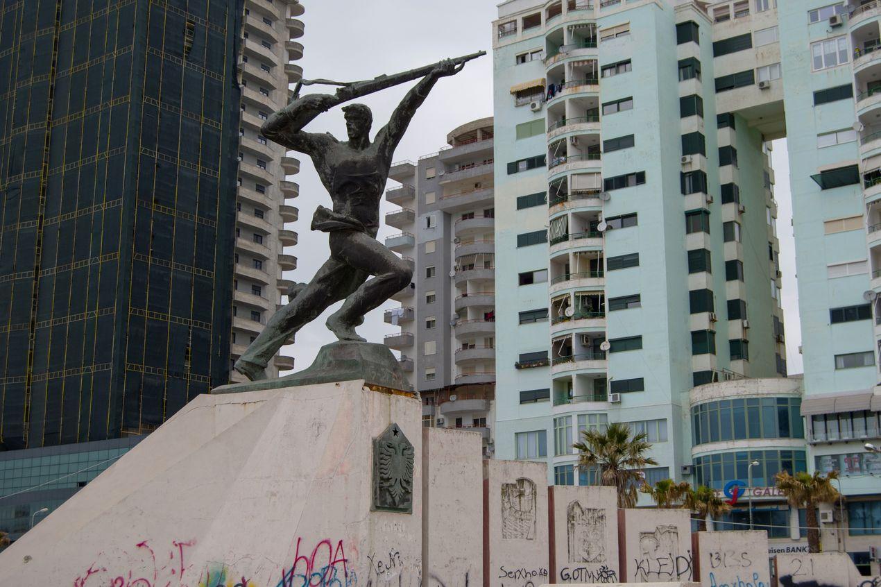 Памятник герою на набережной Дурреса. Албания