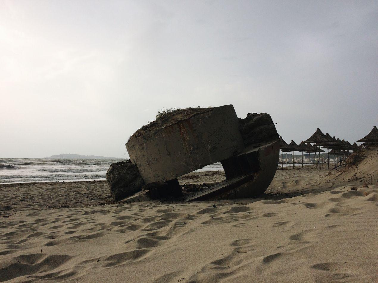 Перевернутый ДОТ на пляже. Албания