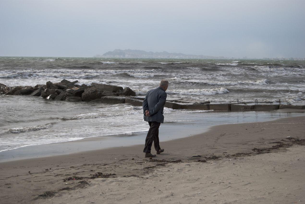 Радио Тирана. Албания. Старик на пляже