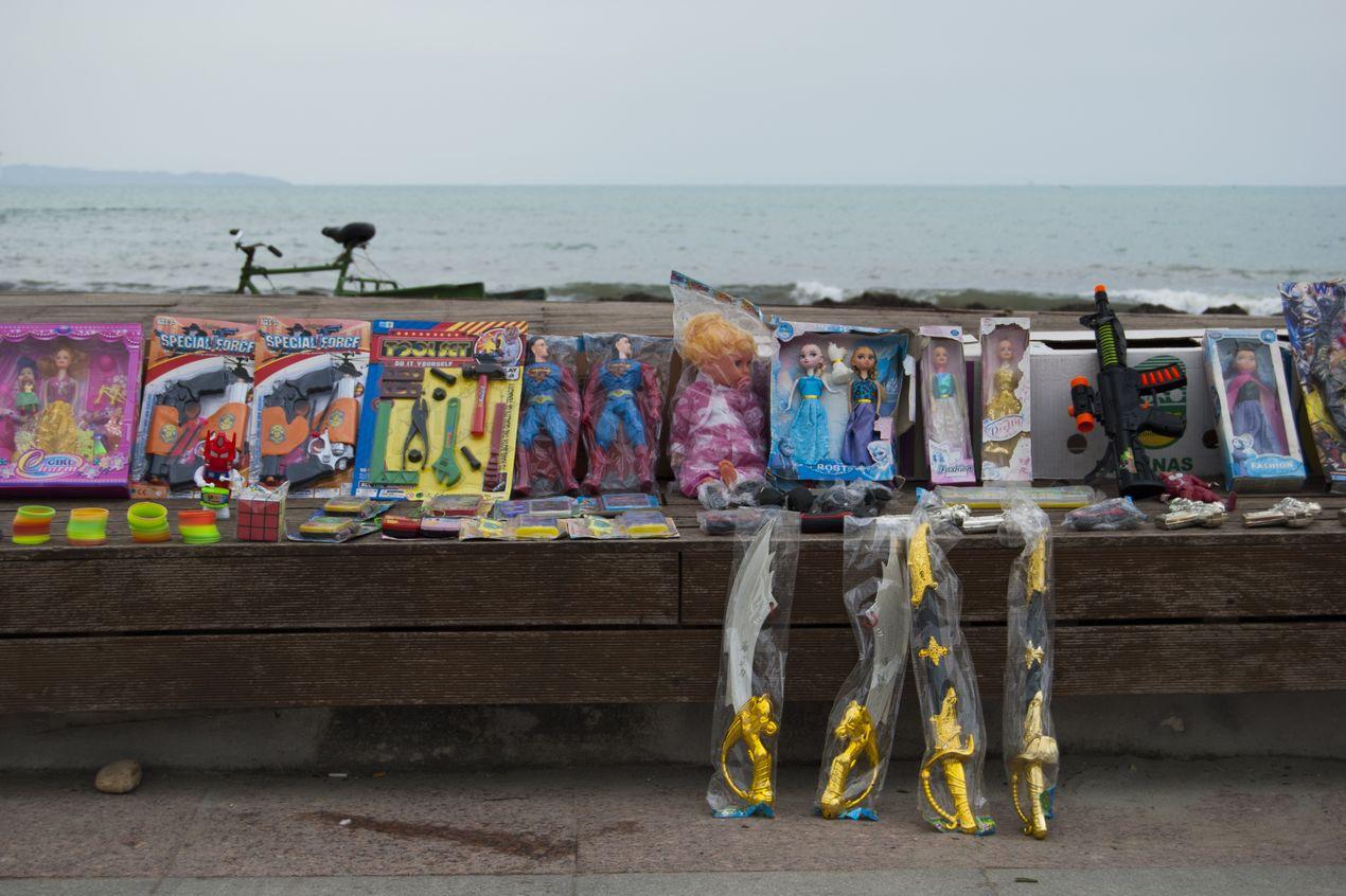 Продажа игрушек на пляже. Албания