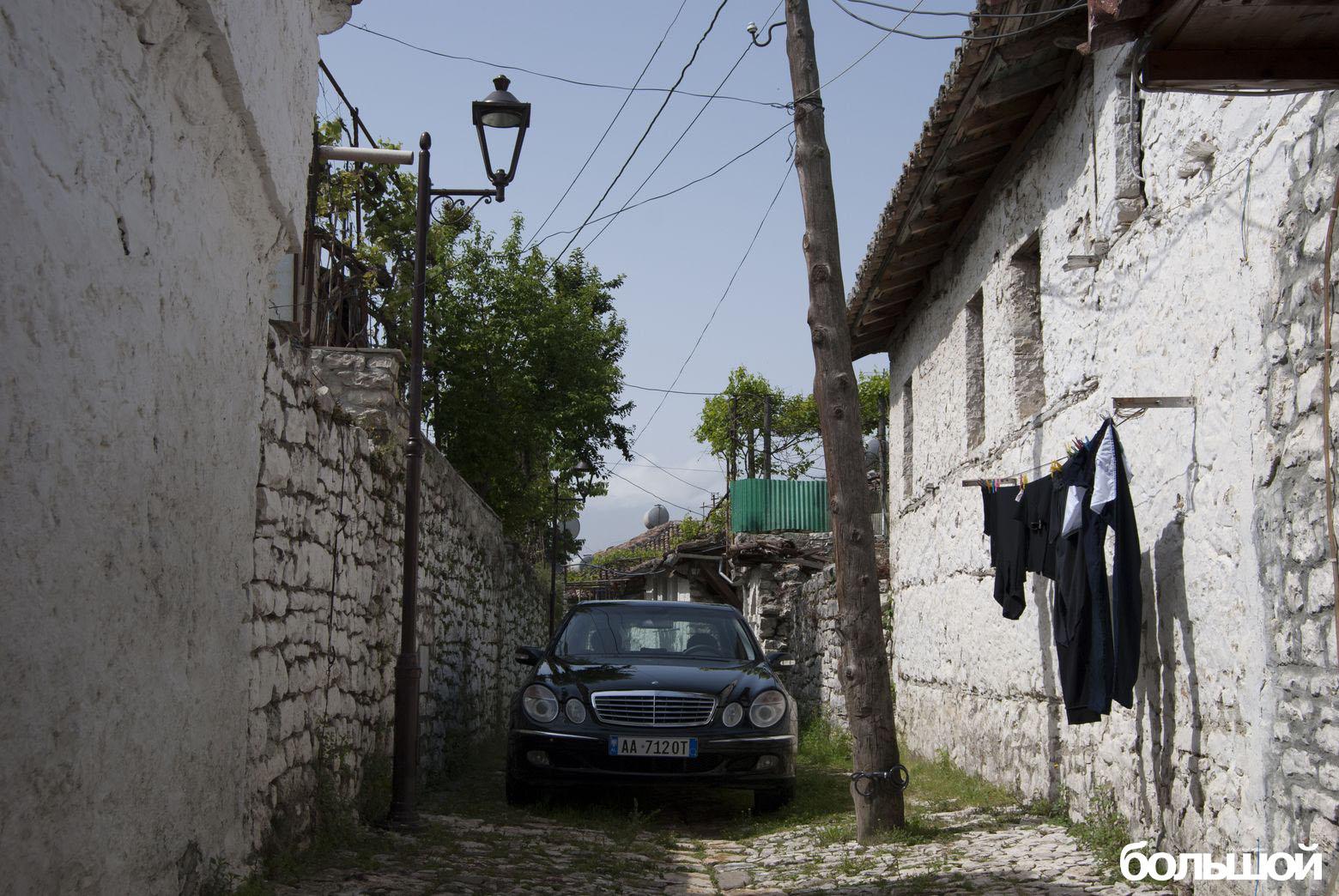 Мерседес на средневековой улице