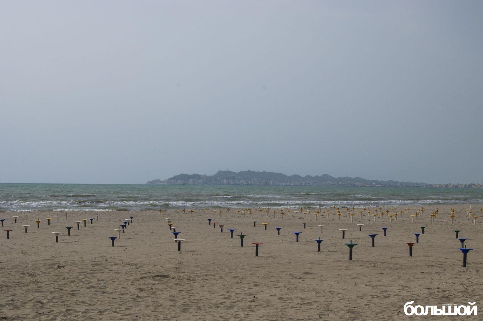 Кнопками утыканный пляж