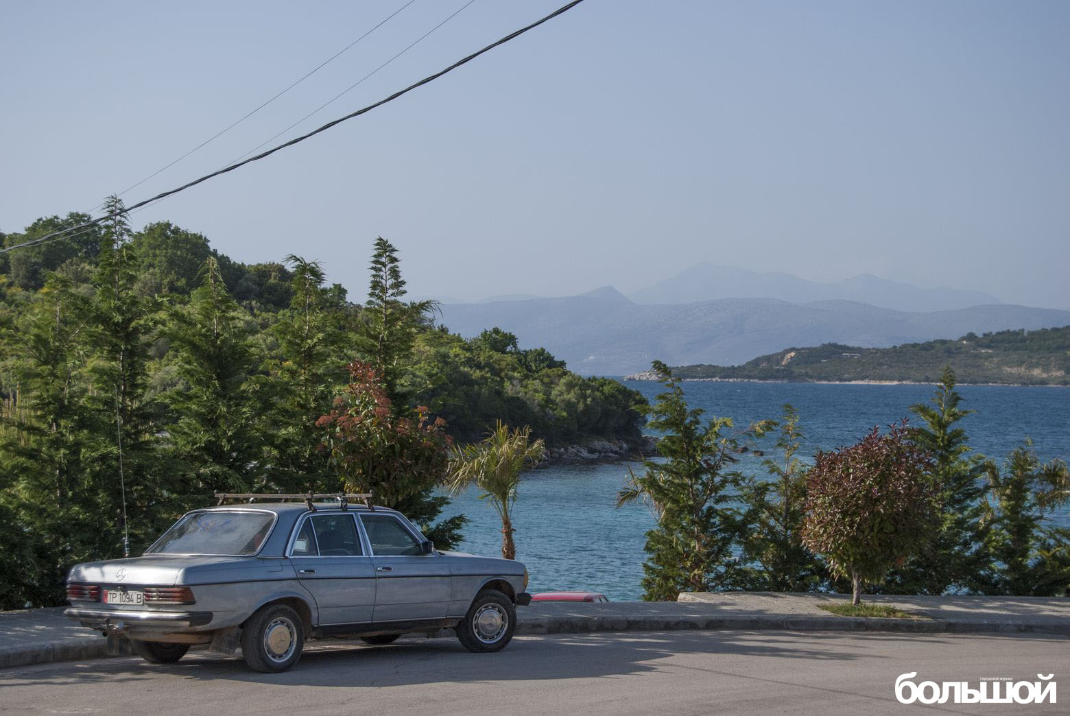 Мерседес на фоне лазурного моря