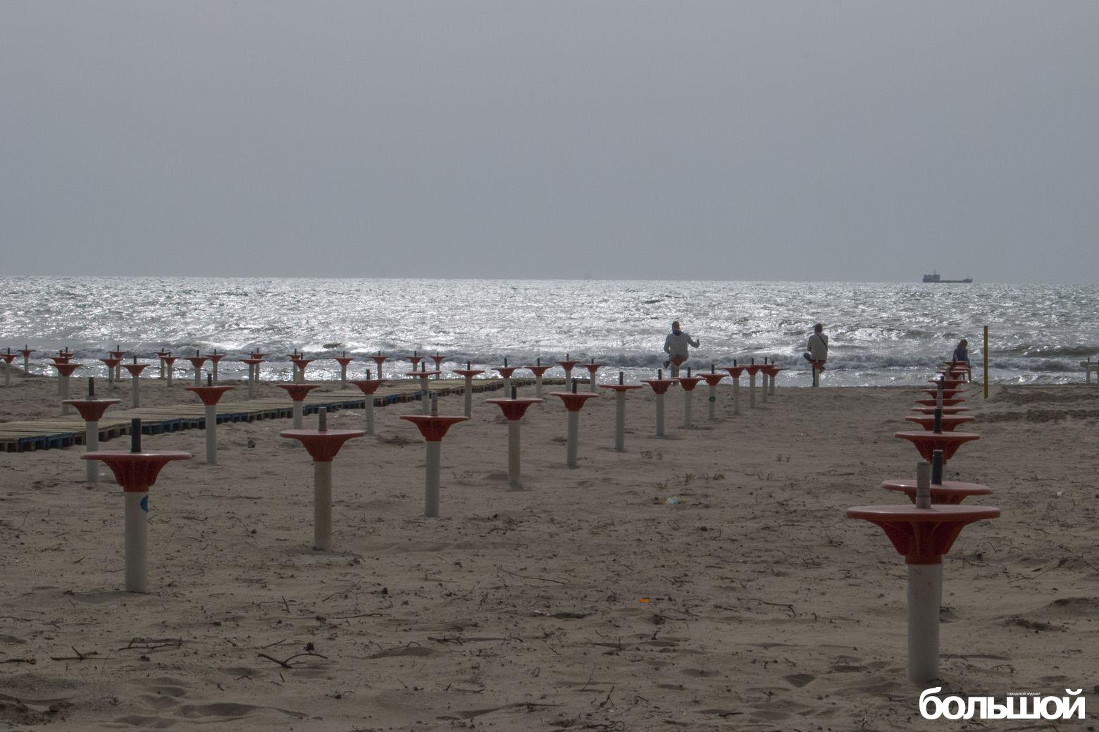 Седушки сухогруз семья и сверкающее море