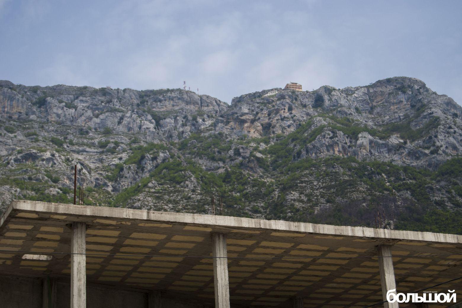 Бетонная конструкция с фоном из гор