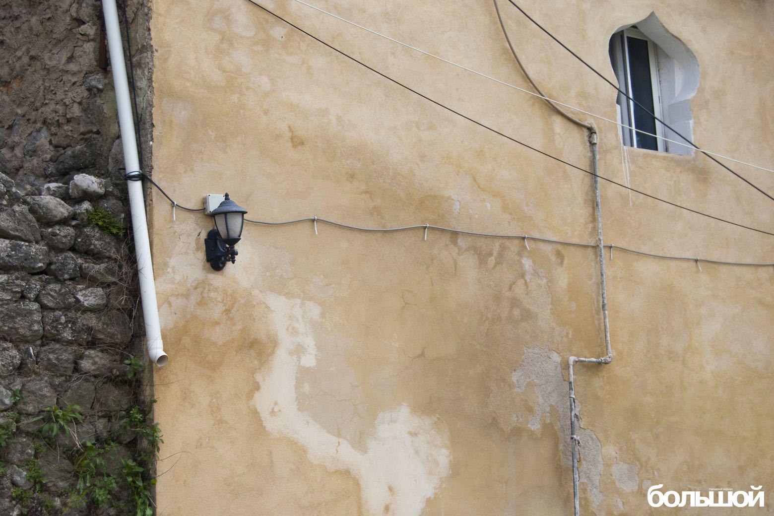 Стена с ажурным окном и белой трубой