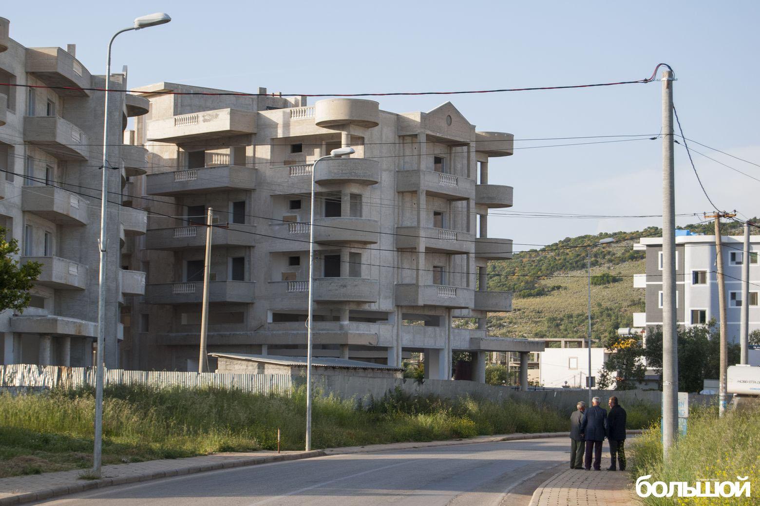 Дом из бетона и три дядьки