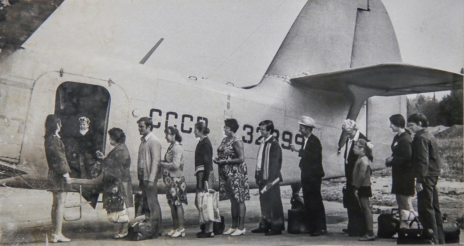Посадка пассажиров в самолет Ан-2