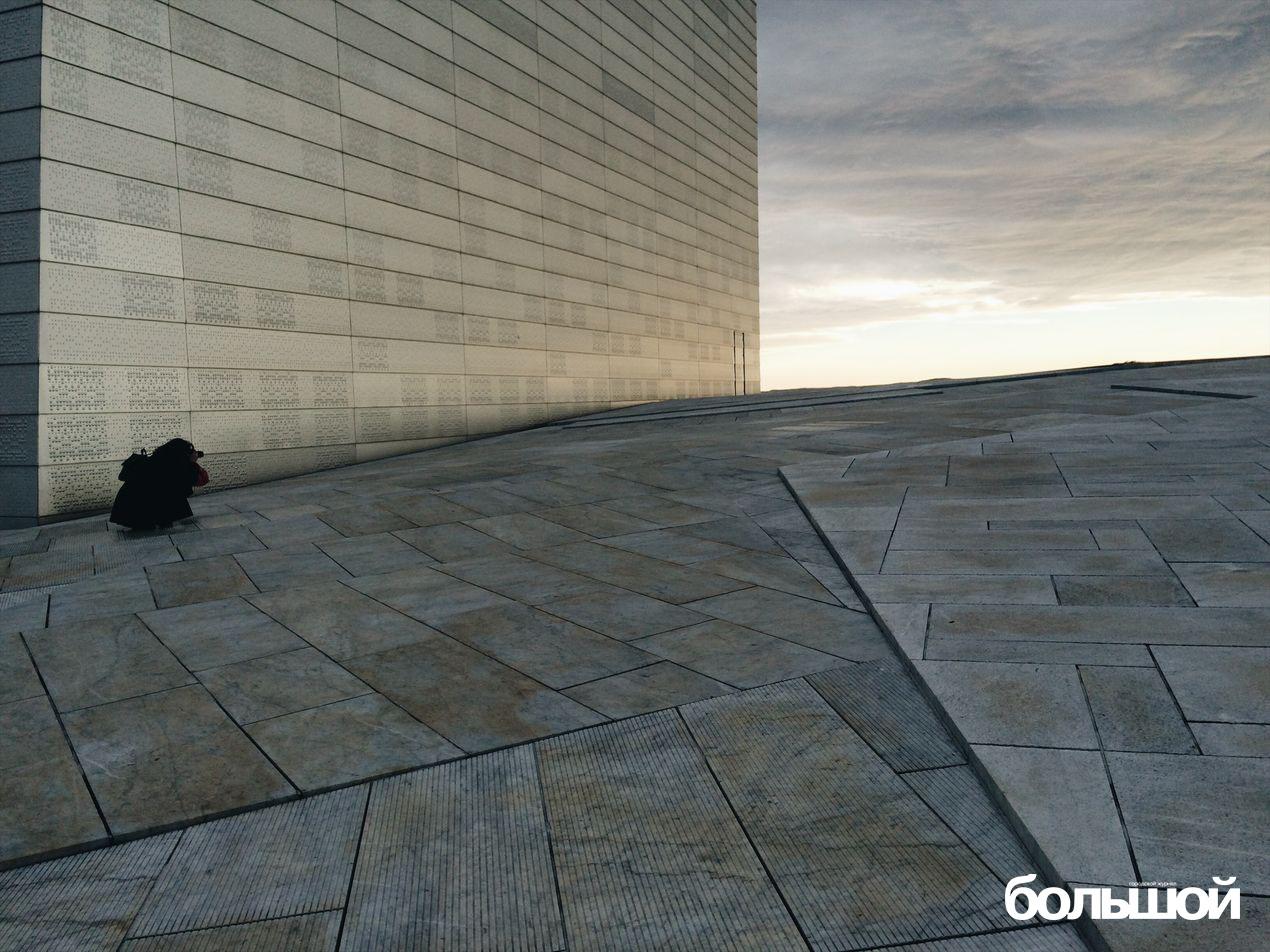 Девушка фотографирует небо и здание, а я - всех троих