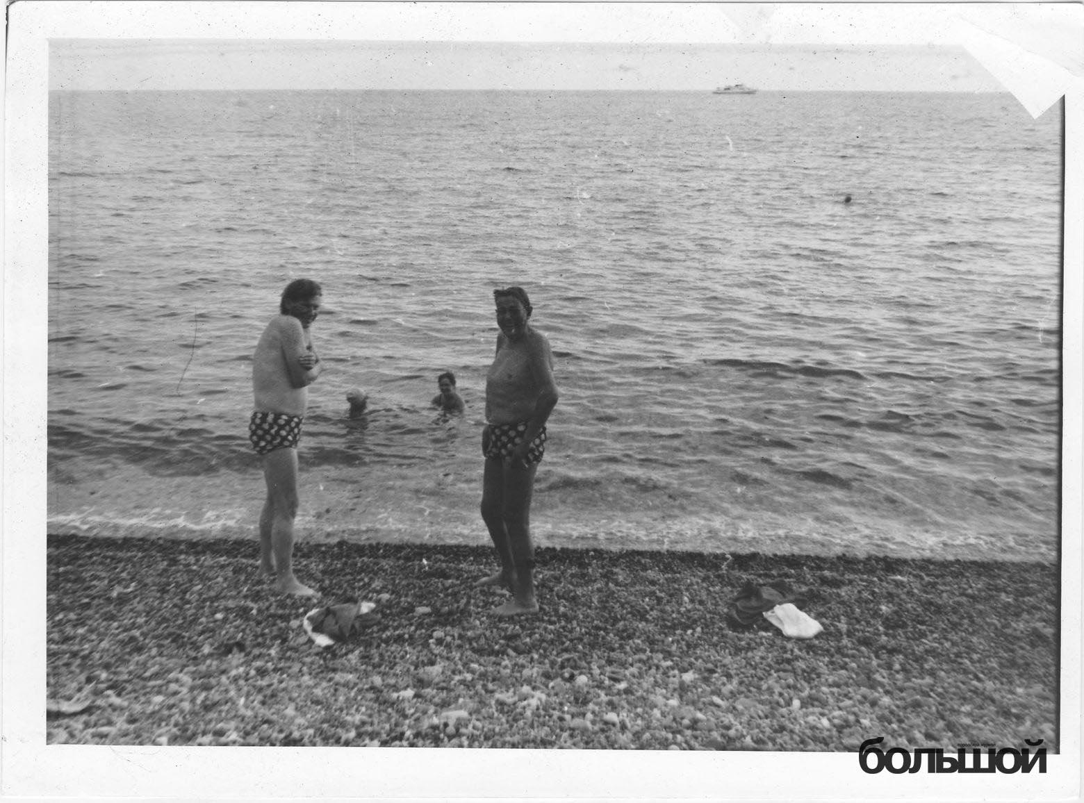 Быкаў і Караткевіч на пляжы