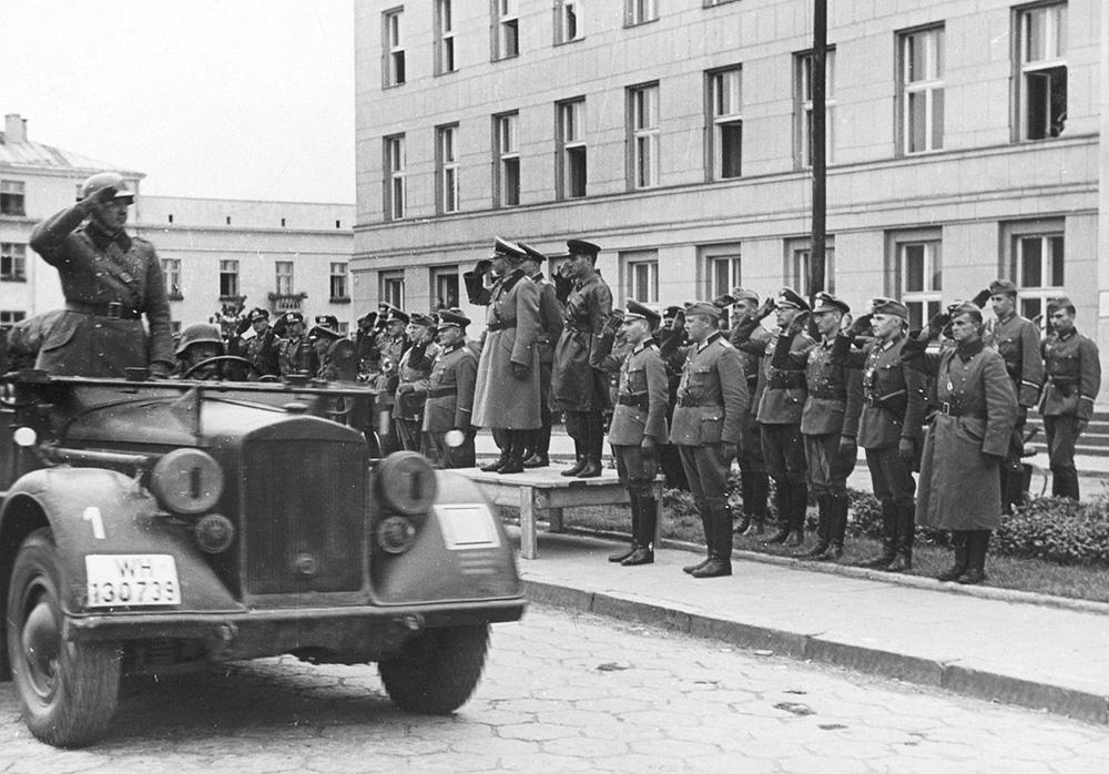 Генерал Гейнц Гудэрыян і камбрыг Сямён Крывашэін падчас перадачы горада Брэст Савецкаму Саюзу.Фота: часопiс «Историк»
