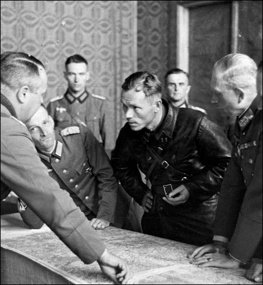 Савецкія і нямецкія афіцэры абмяркоўваюць лінію дэмаркацыі ў Польшчы.Фота: часопiс «Историк»
