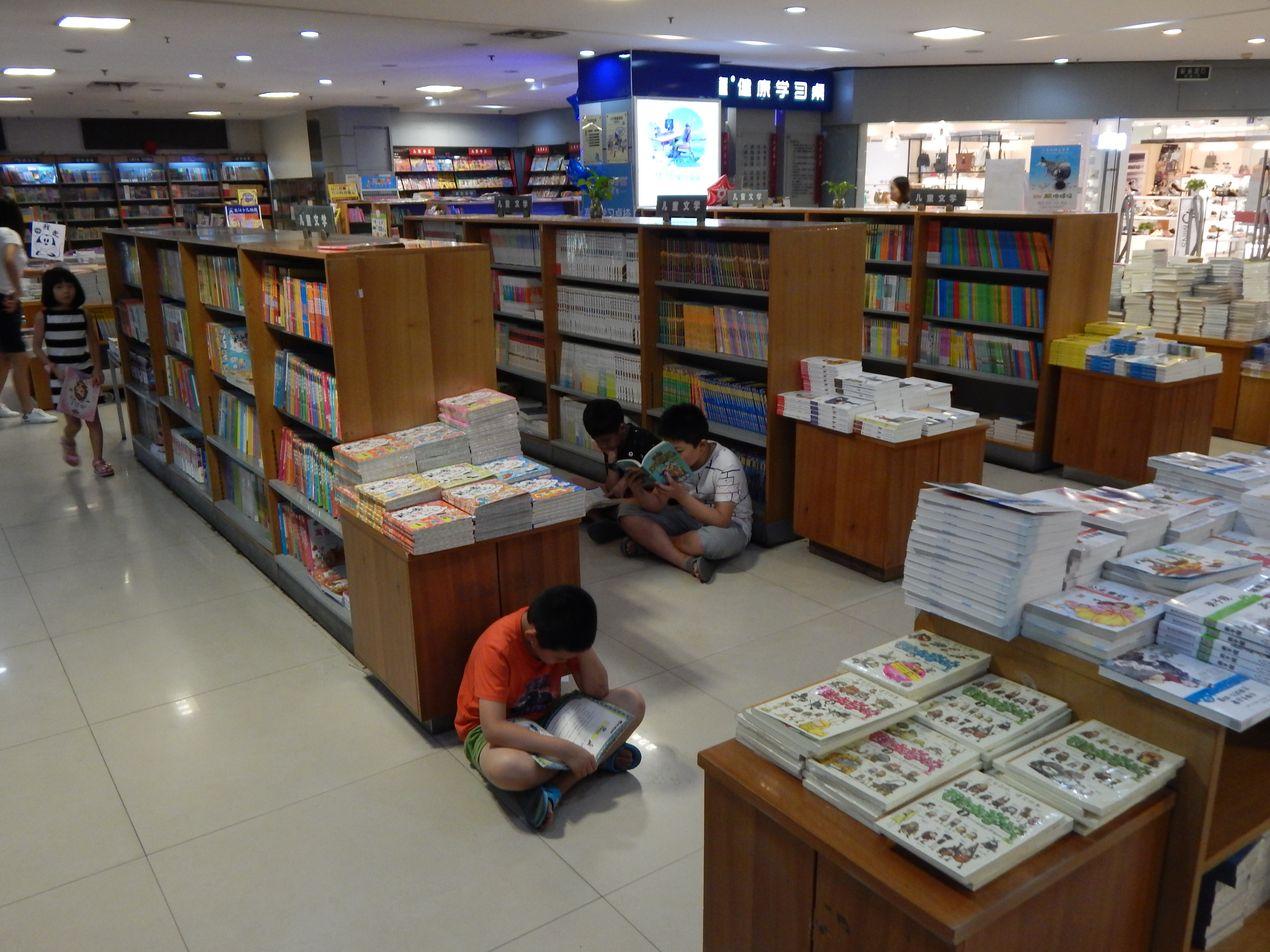 Дети в книжном магазине. Китай
