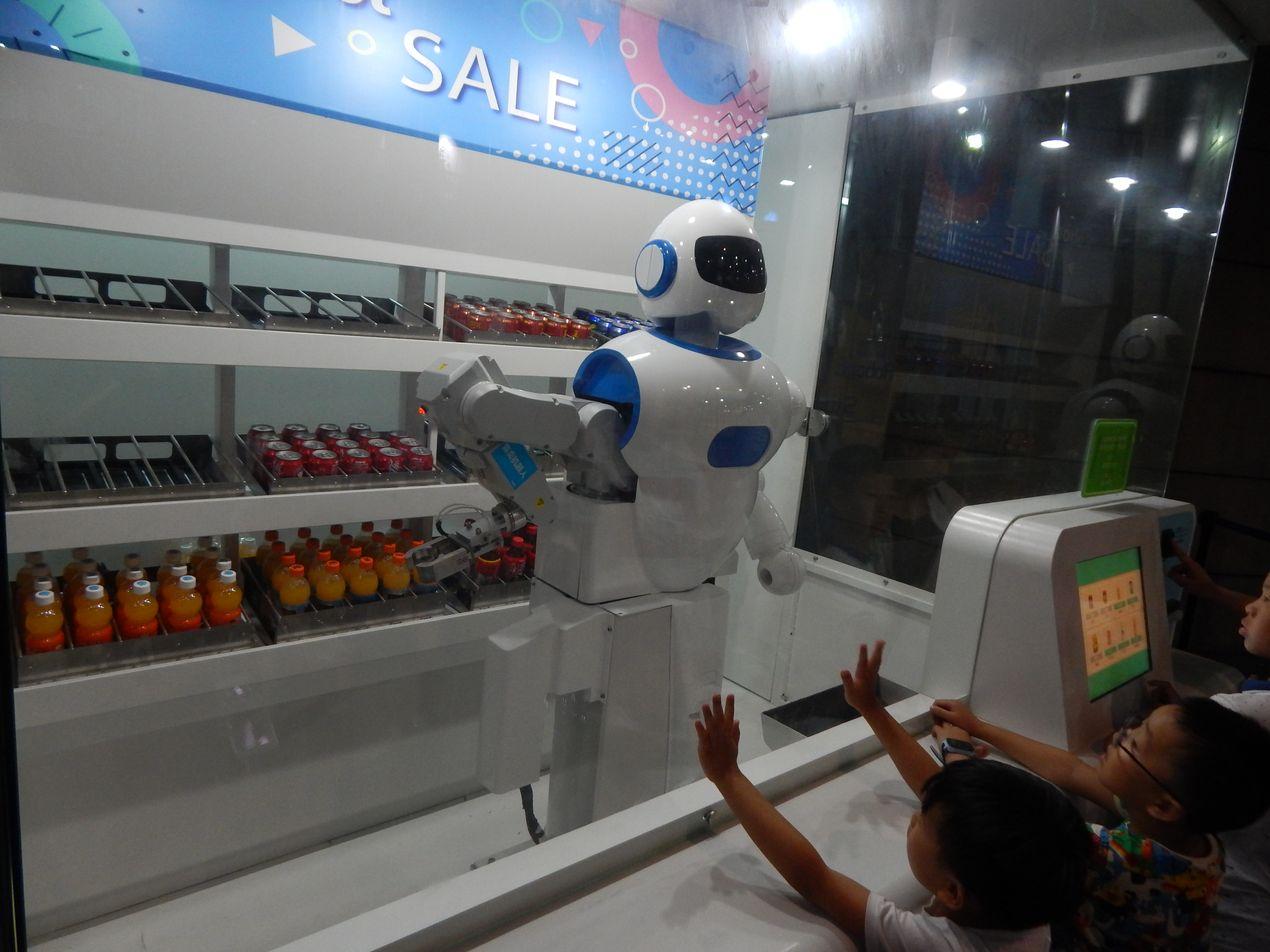 Робот продает напитки . Китай
