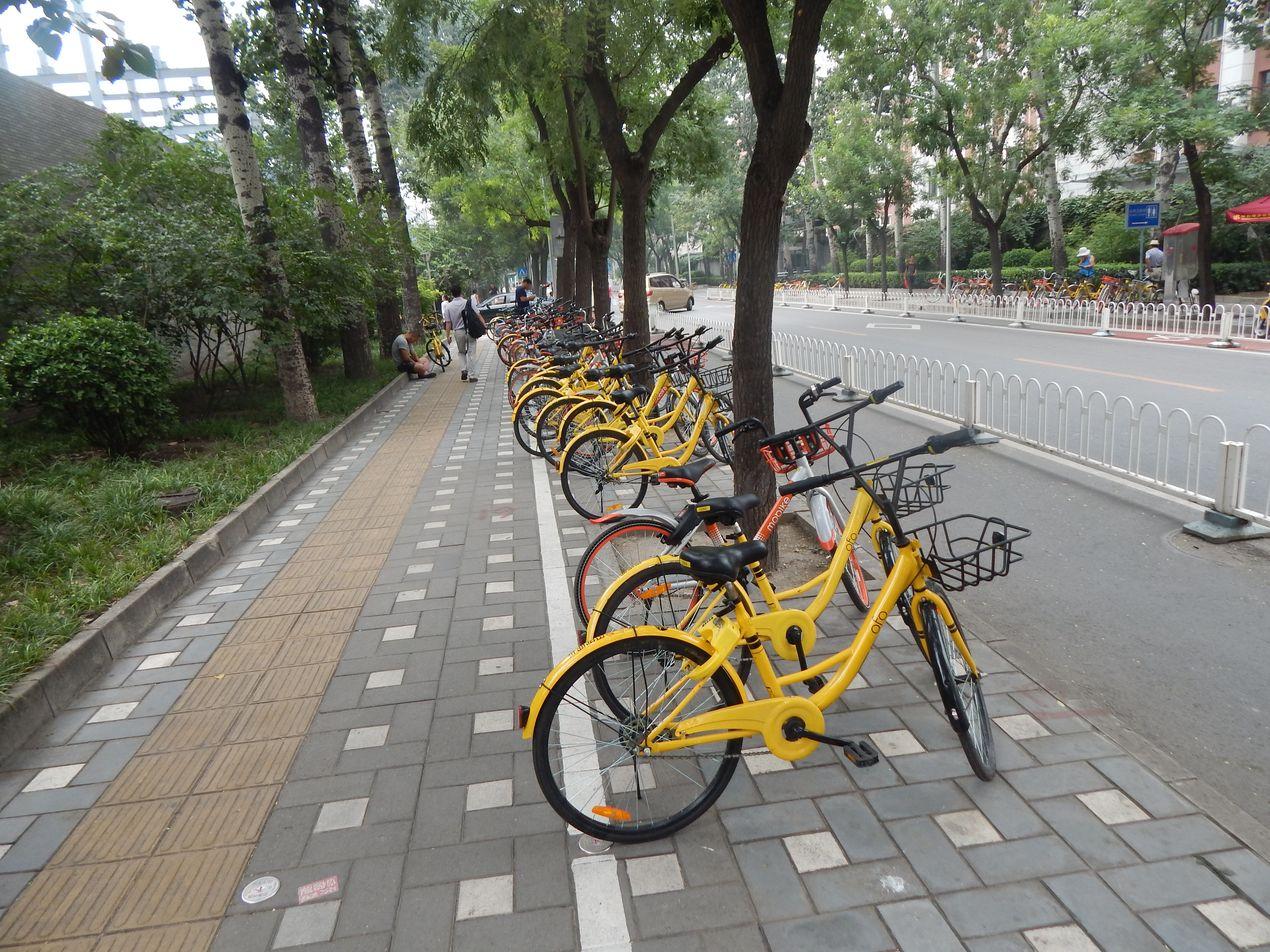 Велосипеды на улицах Пекина. Китай.