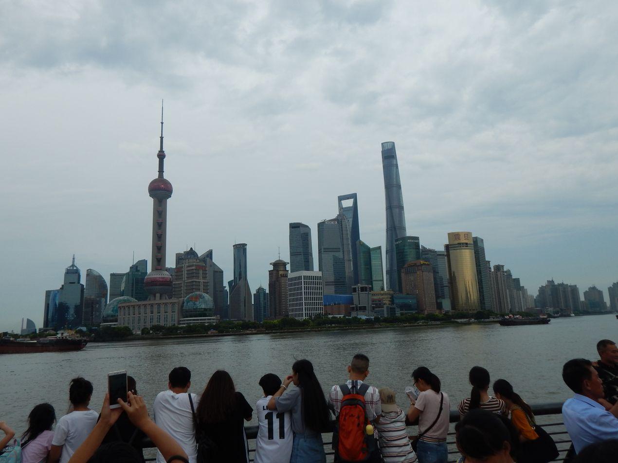Все приходят на набережную, чтобы посмотреть на такой Шанхай