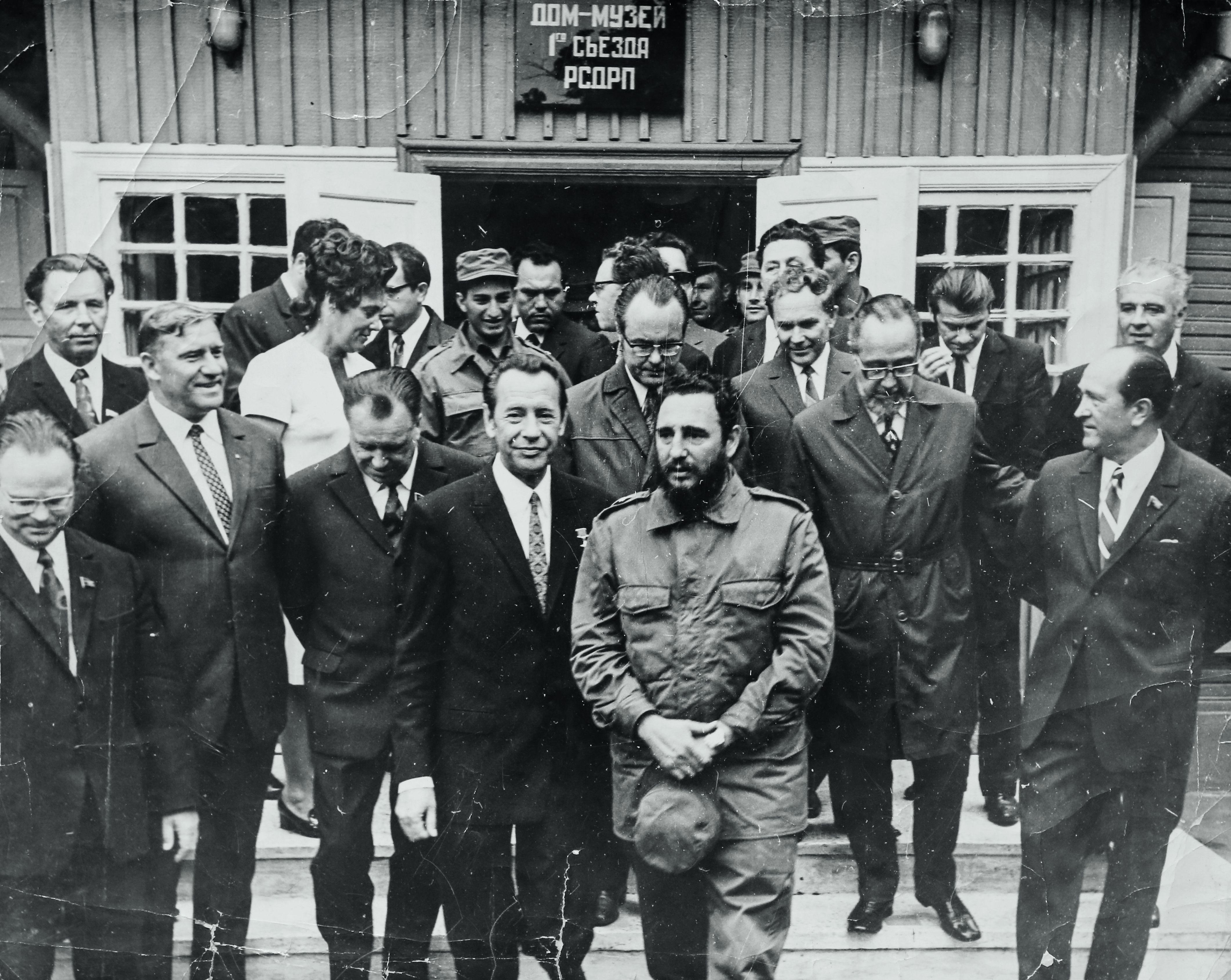 Петр Машеров и Фидель Кастро на пороге дома I съезда РСДРП