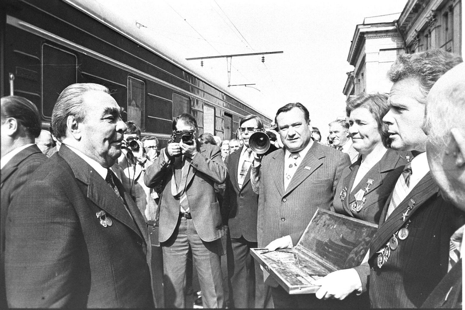 Вручение символического ключа от г. Минска Генеральному секретарю ЦК КПСС Леониду Брежневу, 1978 год.