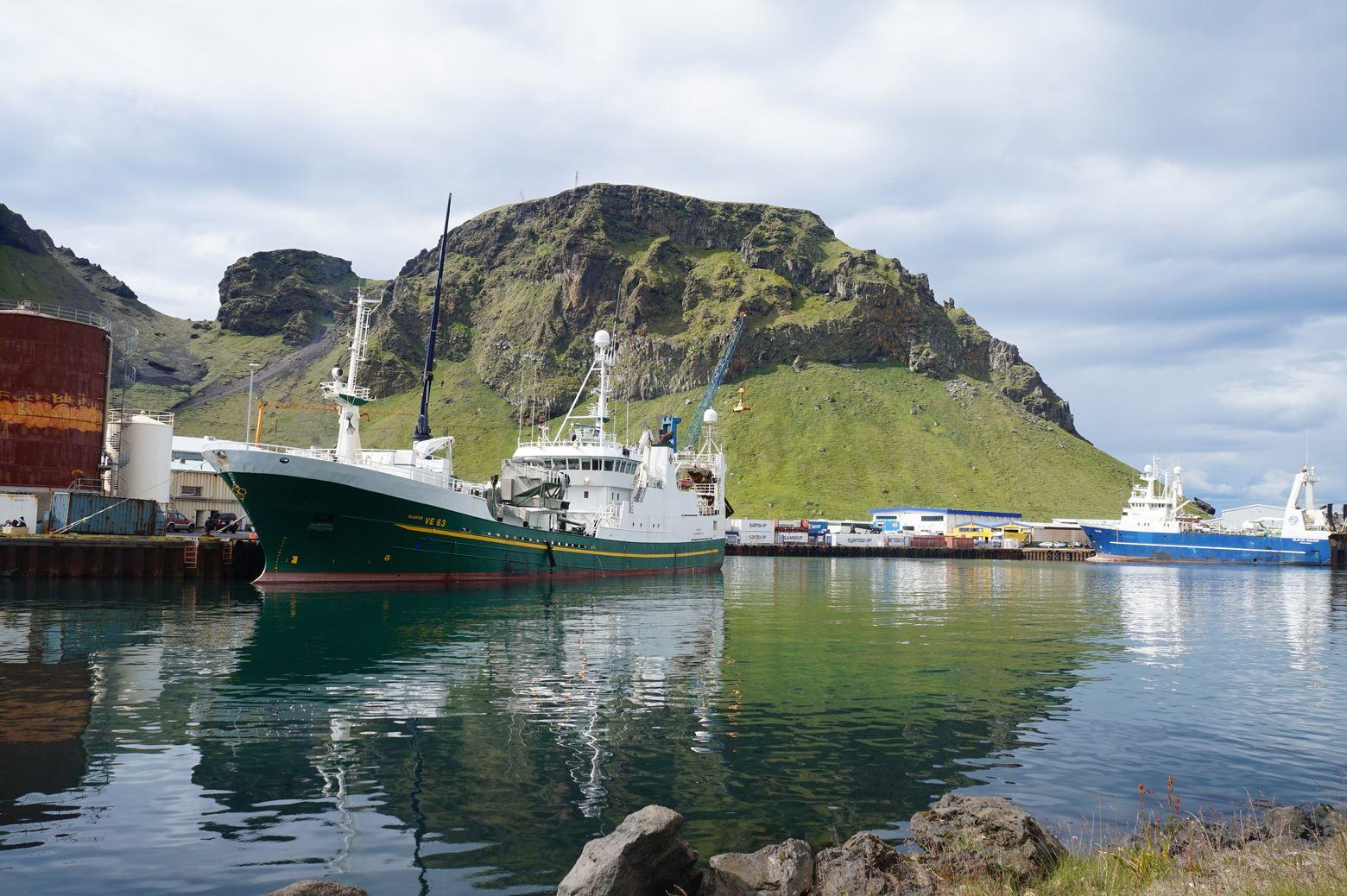 Паром на Вестменнайерские острова. Катя катит.