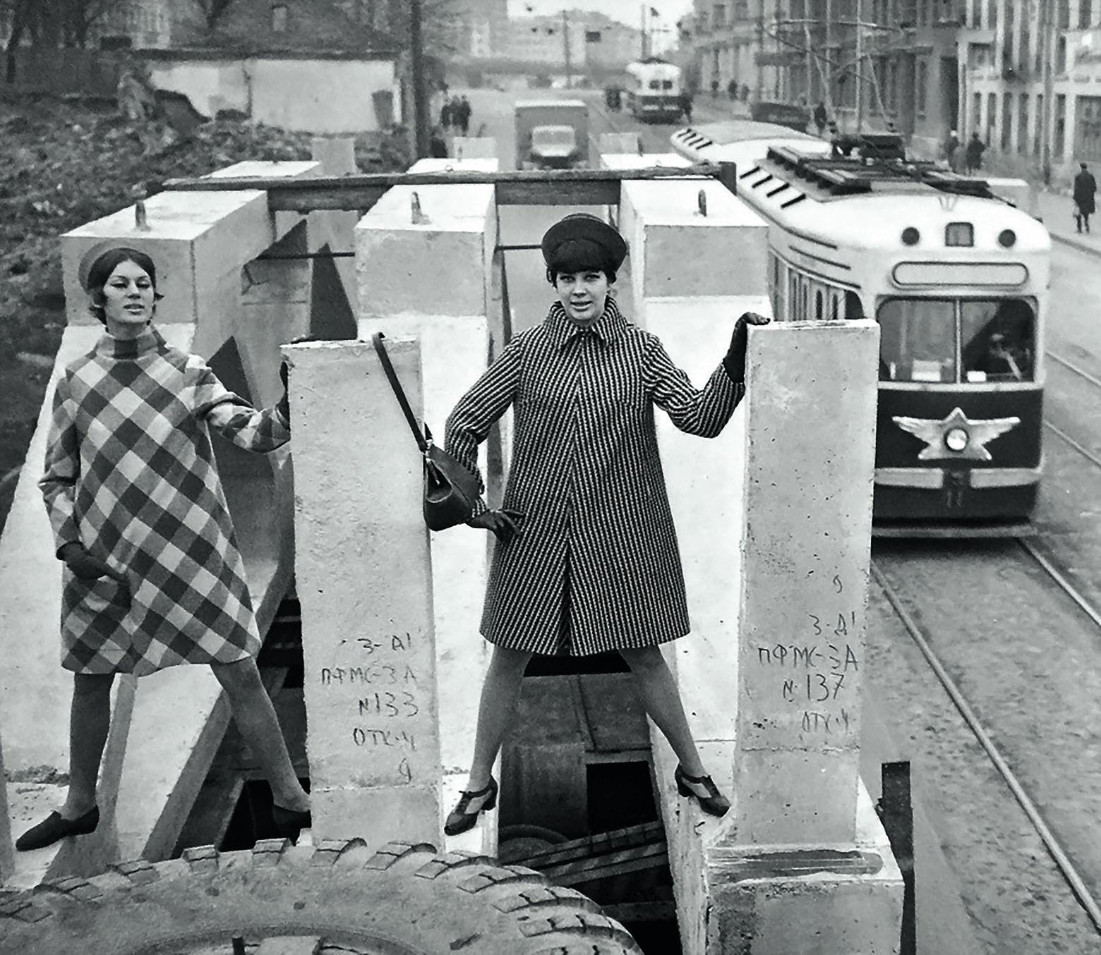 Дефиле минских манекенщиц на полуприцепе перевозок железобетонных изделий, 1965 год.