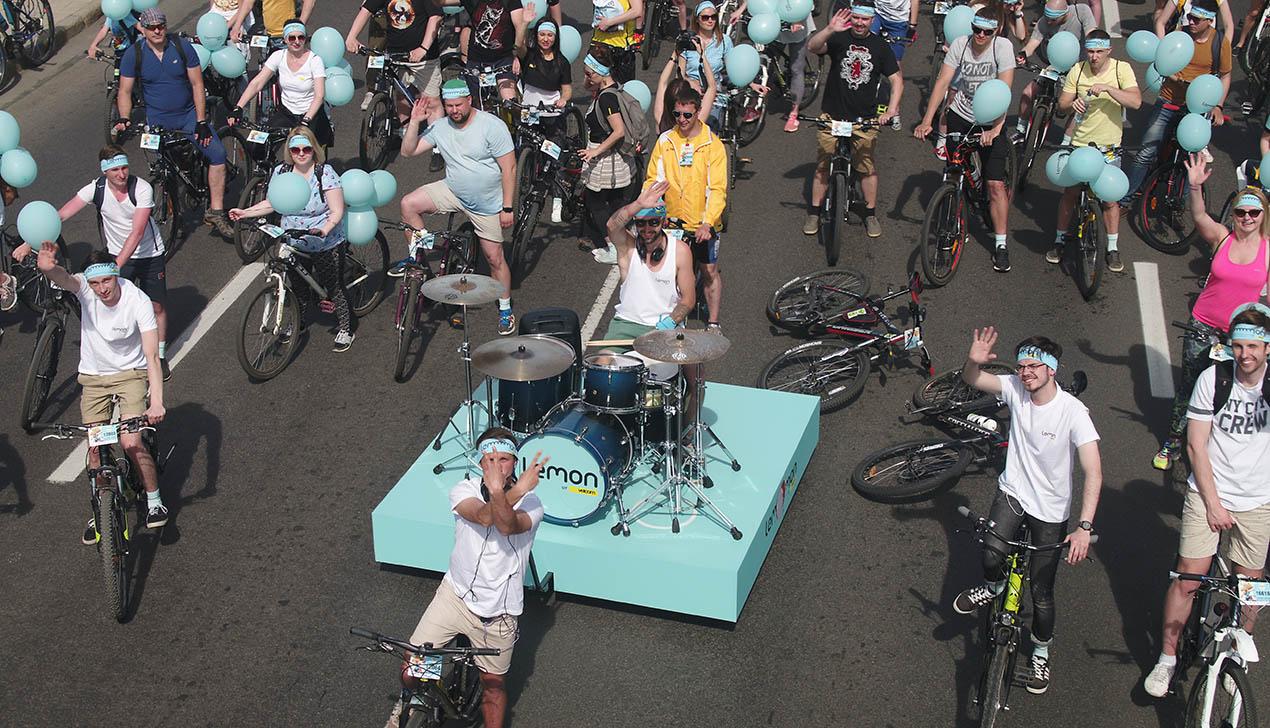 С ветерком и музыкой: по проспекту Победителей прокатилась барабанная установка