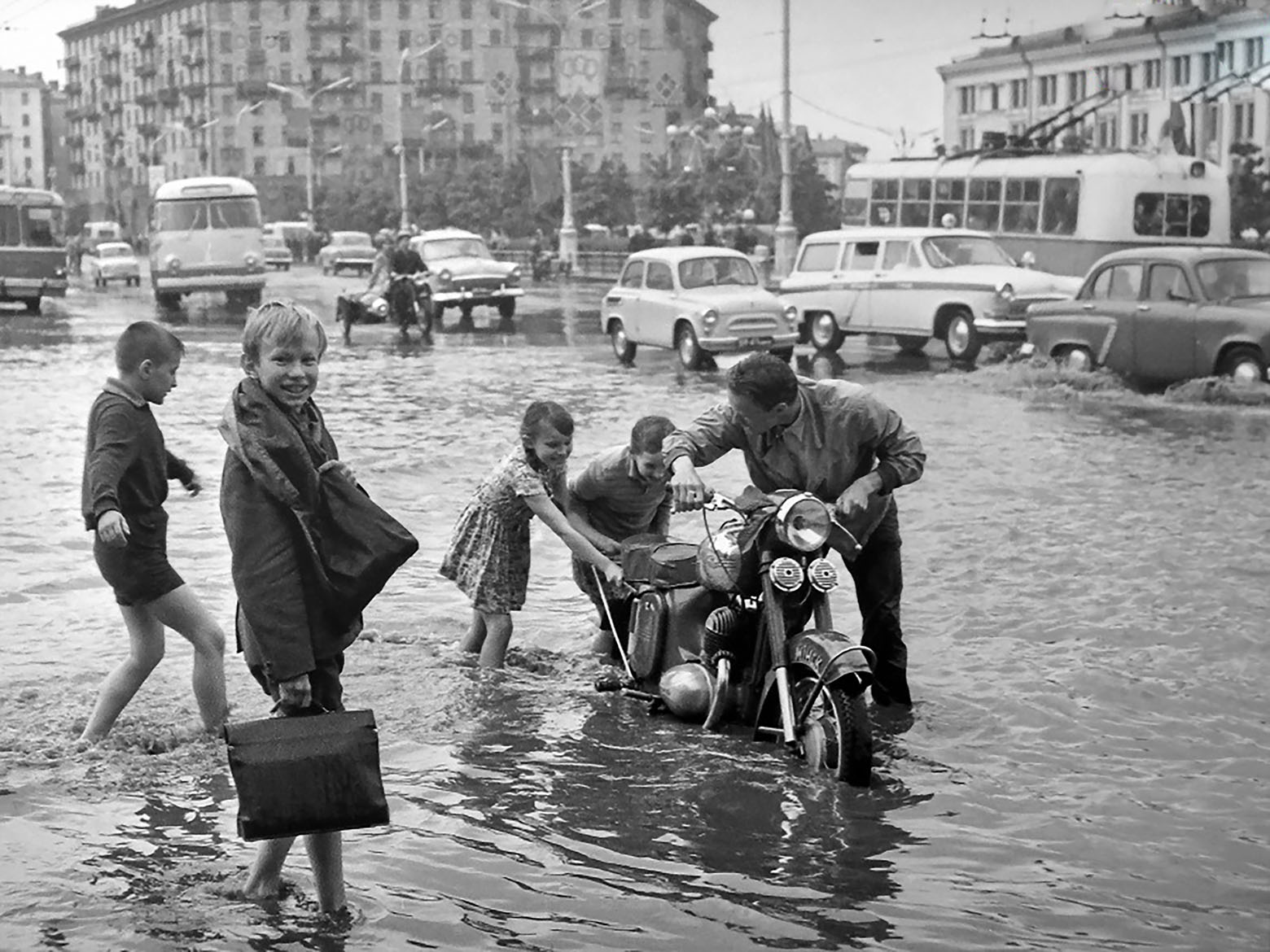 Последствия ливня на площади Якуба Коласа. Минск, 1965 год