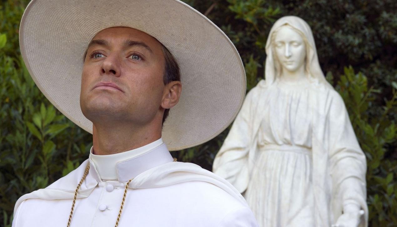 Вышел тизер сериала «Новый папа»: Джуд Лоу эффектно прохаживается по пляжу