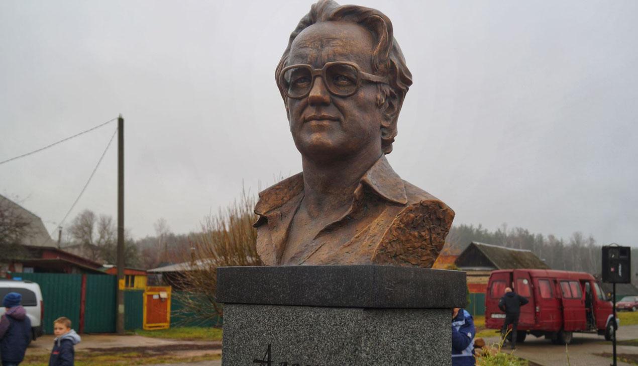 В Беларуси установили памятник Алесю Адамовичу