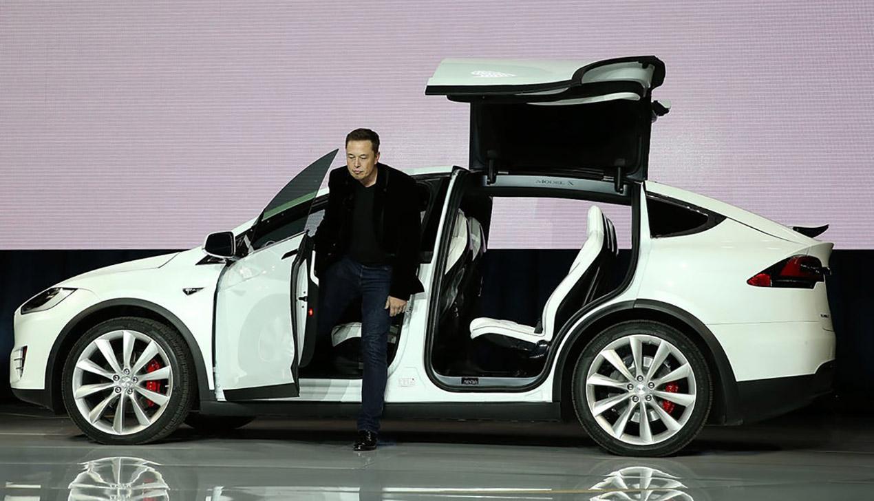 Tesla может быть небезопасной: 15 тысяч Model X отзывают из-за проблем с рулем